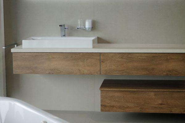 Badezimmer und Waschtisch